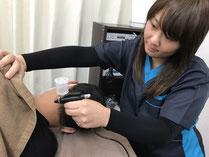手を使った優しい技術で血行をよくして施術をします