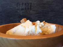 Sahniges Milchmaedchen Eis mit Karamell