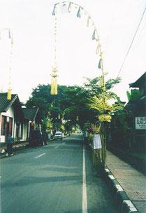Penjare zum Fest Galungan an der Straße in Ubud, Bali, Indonesien