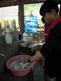 食器も、ペットボトルで汲んだ水で洗いました。