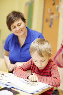 Foto von Hortleiterin Deborah Engler mit Kind