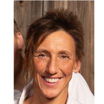 Antje Weinreich ist unsere Kursleiterin für systemische Familientherapie und Heilpädagogik. Zusätzlich bietet sie als Clown Workshops in Kempten an