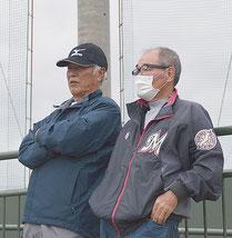 キャンプを訪れた大嶺さん(左)と當銘さん=1日、運動公園野球場