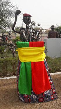 Im Rahmen des Filmfestivals stellt Koanda Sahab seine Plastiken aus. Im Bild: Thomas Sankara am Rednerpult.