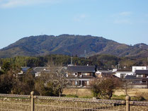 田布施商工会館から望む石城山、右手が行者山。