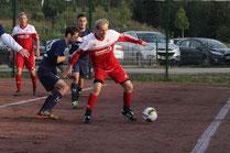 Teutonias Christian Brinker (r.) schirmt hier den Ball gegen den Horneburger Daniel Blum ab. Foto: Hilgers