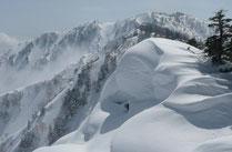 山頂からの三方崩山です。