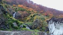 河原の雪渓と紅葉