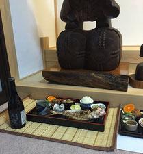 (大黒様祭のお膳…鯛の塩焼き、自然酒、他)