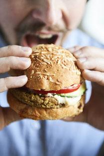 Un burger à base d'insectes comestibles, les fruits de terre, fait maison et des produits frais et locaux