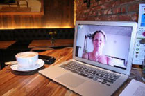 Monitor mit Skypebild und Kaffee