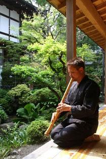 Viz Michael Kremietz ist Theater - & Performancemusiker. Praktiziert seit 14 Jahren Zenmeditation und lernte 7 Jahre lang bei Jim Franklin Shihan das spielen der Shakuhachi.