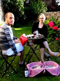 séjour authentique au château médiéval de Tennessus panier gourmand dans le jirdin fleuri