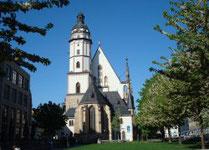 Leipzig Blick auf Thomaskirche mit Frühlingbäumen