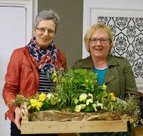 Ein Frühlingsgruß als Dank an Frau Martens (rechts)