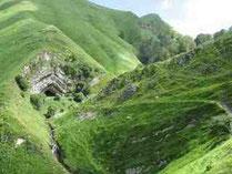 La grotte d'HARPEA depuis les sources de la NIVE