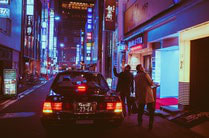 Forma di cortesia di un passante in macchina verso i turisti.