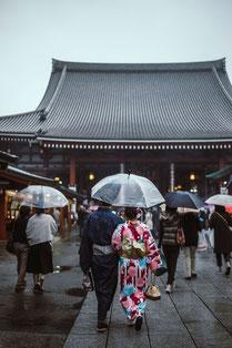 Passeggiata con ombrelli di cortesia