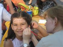Die Einweihung des Spielplatzes zaubert ein Lächeln auf die Gesichter der Kinder.