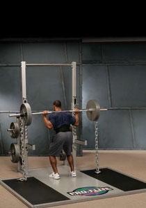 見た目の迫力だけじゃない!海外のトレーニーに大流行中のチェーントレーニング。チェーンの環が床から1つ持ち上がるごとに重量が増し、筋肉に加わる抵抗が大きくなります。筋肉の速筋繊維がより多く使われることになり、筋肉とパワーを高める効果が得られます。