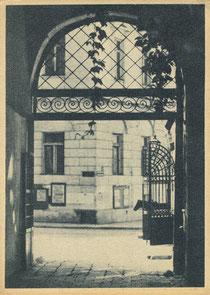 Vilnius. Universiteto vartai. Nuotr. P. Karpavičiaus. 1948m. / Vilnius. University gate. Photo by P. Karpavičius. 1948