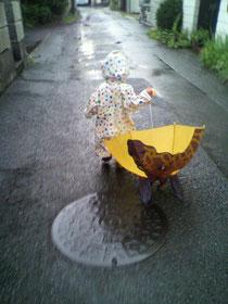 前に長男が欲しがって買ったキリンさんの傘。ちょっとこわいです(笑)