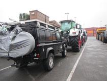 Bagheera hinter den Traktoren