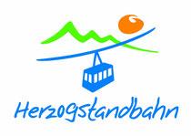 Logo der Herzogstandbahn mit Seilbahnkabine vor Bergsilhouette und Sonne