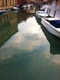 Der erste Glungezer-Glückstein wird in der Lagune von Venedig versenkt