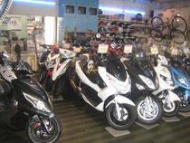 サイクルスポーツ加藤 店内 125cc原付バイク 写真
