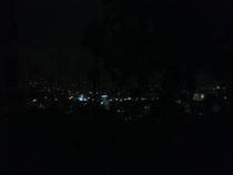 Ein Blick aus dem Fenster bei Nacht.