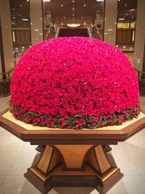 ホテルロビーでは季節のお花がお出迎え