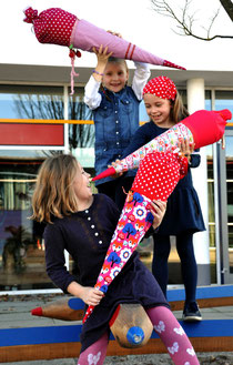 Bild: Mädchen mit AnfängerGlück Schultüten auf Pausenhof
