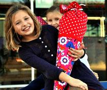 Bild: Mädchen mit AnfängerGlück Schultüte grinsend