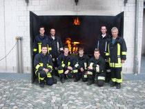Die Lehrgangsteilnehmer aus dem Landkreis Cham vor einem Übungsraum des Brandhauses an der Feuerwehrschule in Würzburg.