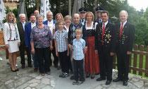 Der Jubilar Josef Griesbeck mit seiner Familie und den Vereinsabordnungen
