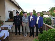 Willy Brunner mit den Gratulanten von Feuerwehr und FC Chammünster