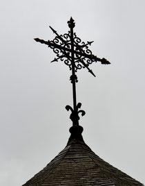 Amiens- Rue de l'Abbaye- Croix sur le chevet de l'église Saint-Roch
