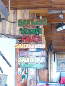 In Nuevo Arenal hat sich Thomas aus Kempten niedergelassen. Hier gibt es deutsche Bratwurst, Sauerkraut, Hefeweizen...
