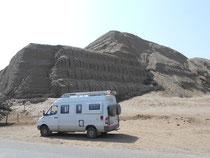 An der Huaca del Sol (Sonnenpyramide), eine große Pyramide aus der Mochica-Zeit (100 – 800 n.Chr.)