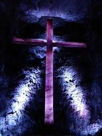 Am Ende des Kreuzganges steht das weltgrößte unterirdische Kreuz, 18m hoch