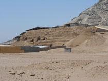Die kleinere Huaca de la Luna (Mondpyramide), ebenso aus Lehmziegel gebaut