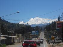Im Bergsteigerzentrum Huaraz: Wir fahren ohne anzuhalten durch die Stadt...