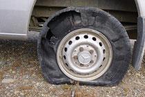 Zerfetzter Reifen - beruhigend, dass wir zwei Ersatzrreifen haben.