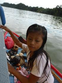 Indigene Mädchen verkaufen am Rio Dulce Ketten, Muscheln usw.