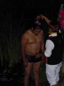 Das Fest beginnt mit den Waschungen im See Yahuacocha - vorgenommen von dem Schamanen