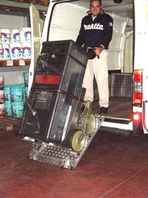 In foto la salita sul furgone di una stufa da 250 Kg con il saliscale Maxi 250 AR Plus TCS