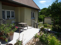 l'appartement donne accès direct à une terrasse équipée d'une table de jardin et d'un barbecue