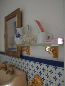 El espejo es un marco de fotos pequeño que yo pinté en dorado viejo.