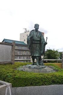 飯坂温泉 駅前広場は松尾芭蕉の像がお出迎え
